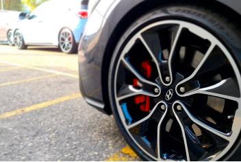 Niña jugando sobre neumáticos coloridos