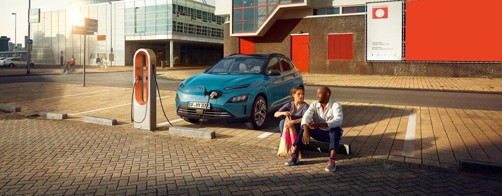 Cargar en la calle un coche eléctrico